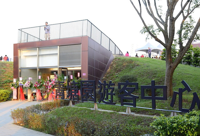 Blue Pond Park Tourist Information Center has become a new landmark in Cingpu