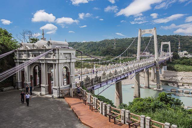 建於民國二十三年的大溪橋,早期是以竹籠與石塊堆疊興建而成的竹木板橋,可說是大溪居民對外聯絡的重要通道,也聯繫了溪東、溪西兩地居民的...